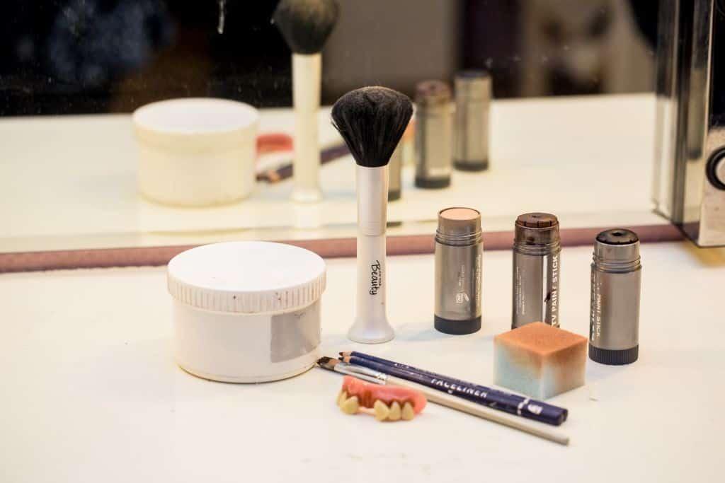 Schminkutensilien für das Wikinger-Outfit: Schminkstifte, Puder, PInsel, Eyeliner und Schwamm, Foto: Heide Park Resort, 2016