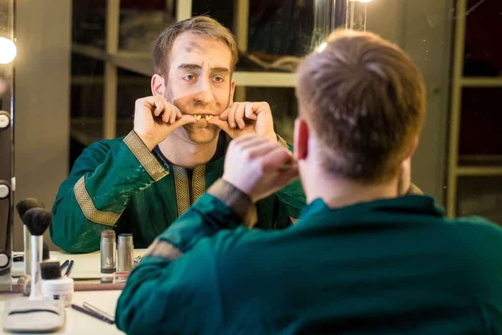 Für einen besonderen Effekt: falsche Zähne einsetzen. Foto: Heide Park Resort, 2016