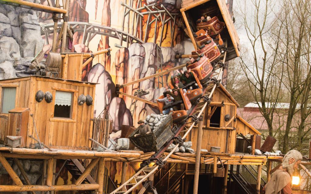 Der weltgrößte mobile Indoor-Coaster Safari-Blitz in der Abenteuer-Safari (Freizeitpark). Foto: Serengeti-Park Hodenhagen