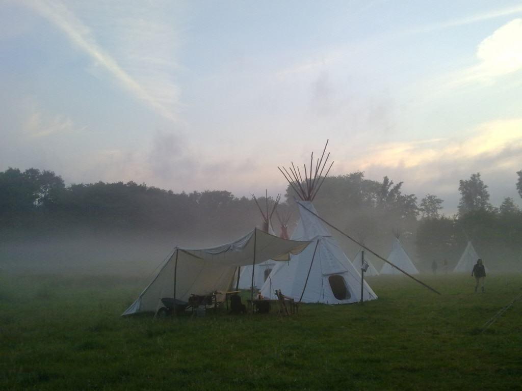 Indianerzelte - sogenannte Tipis - auf einer Waldlichtung (Foto: Verein Tipi Pfade e.V.)