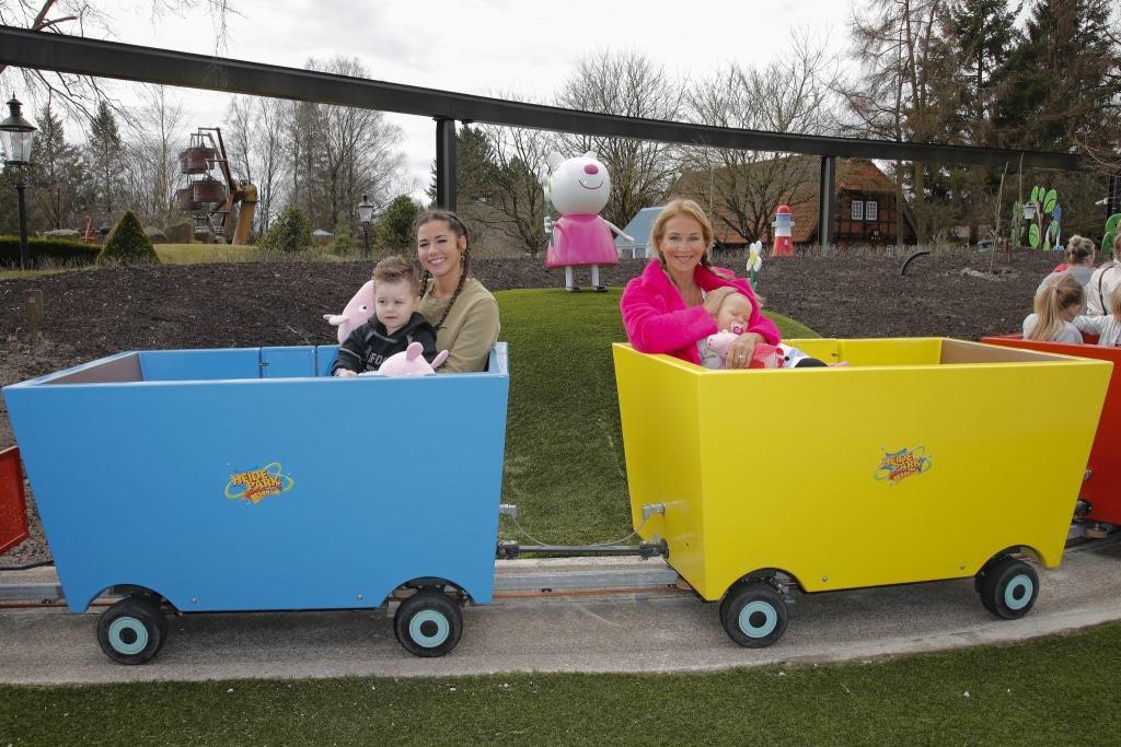 Sängerin Sarah Lombardi und Schauspielerin Caroline Beil testen mit ihren Kids das neue Peppa Pig Land im Heide Park Resort. Foto: Heide Park Resort / André Mischke