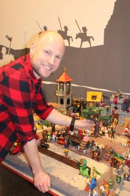 Ausstellungsmacher Oliver Schaffer beim Aufbau der Ausstellung Playmobil Pferdegeschichten im Deutschen Pferdemuseum Verden (Aller). Foto: DPM