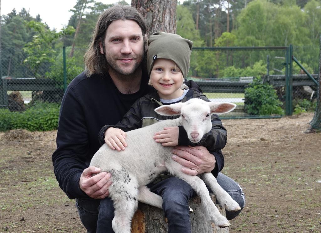 Torsten Frings, und sein Sohn Luke mit dem kleinen Leineschafweibchen Maxi. Foto: Serengeti-Park Stiftung