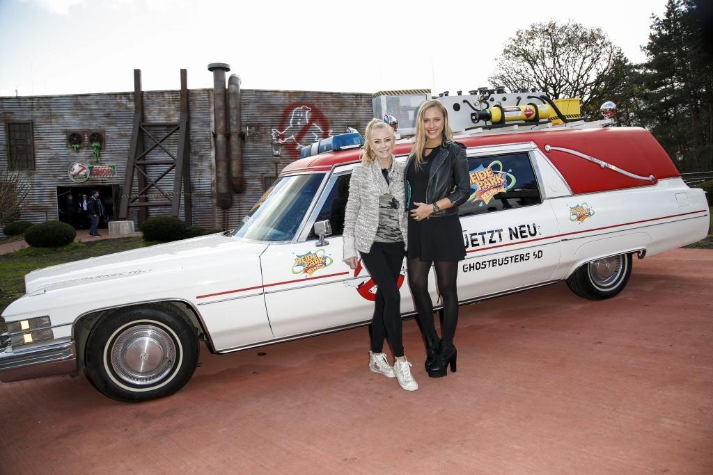 Alena Gerber und Jenny Elvers vor ECTO-1 Foto: Heide Park Resort, 2017