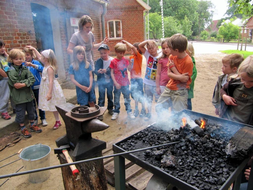 Schulklassen können u. a. die Erlebnisschmiede in Südergellersen besuchen und dort Handwerkstechniken aus dem Mittelalter erleben. © AGIL Büro für angewandte Arhäologie