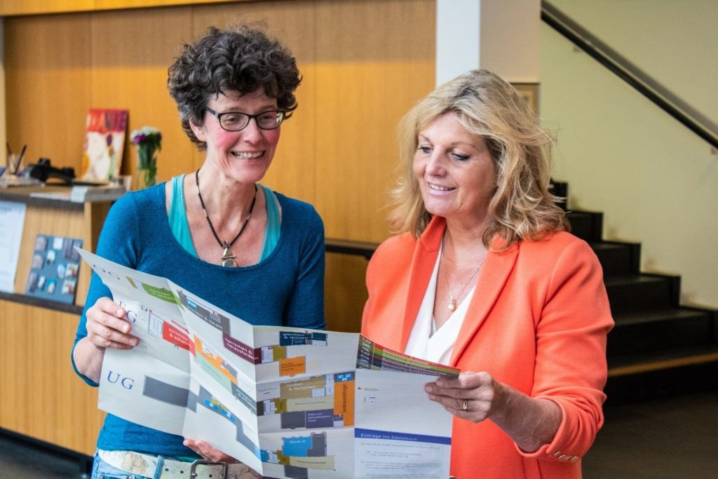 Stefanie Wagner und Prof. Dr. Heike Düselder freuen sich, den Gästen mit der Wiedereröffnung auch das neue Faltblatt präsentieren zu können Foto: Museum Lüneburg