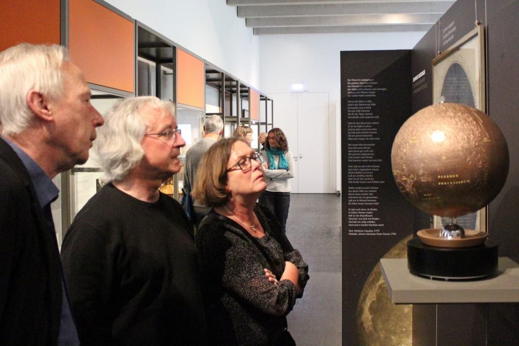 Besucher betrachten den Mondglobus von 1964 im Entree der Ausstellung Foto: Museum Lüneburg