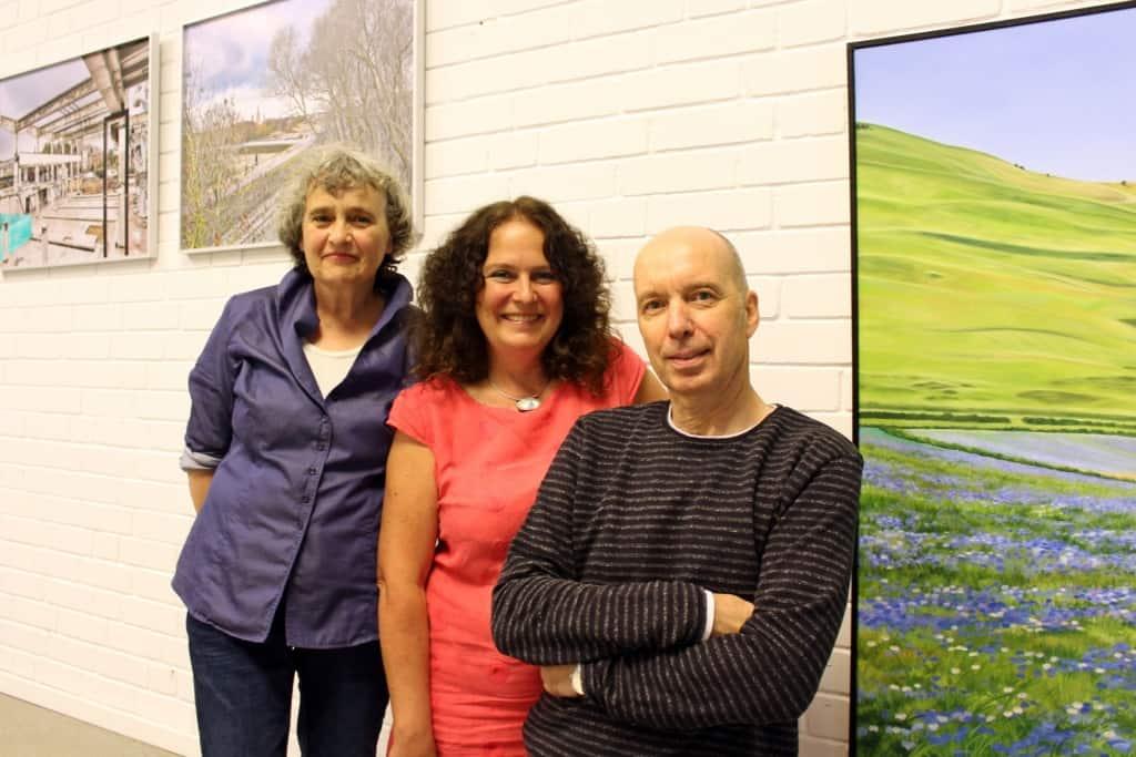 """Regine Tarara, Astrid André und Martin Bäuml (v. l.) freuen sich auf die Eröffnung ihrer gemeinsamen Ausstellung """"Malerei und Fotografie"""" im Museum Lüneburg Foto: Museum Lüneburg"""