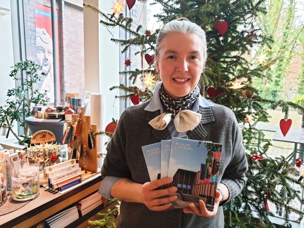 Das Museum Lüneburg als Buch: Museumsmitarbeiterin Angela Becker präsentiert die Erstauflage des Führers im Museumsshop