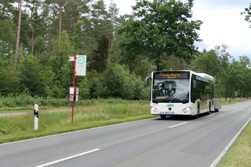 Der Freizeitbus Heide-Shuttle ist wieder im Naturpark Lüneburger Heide unterwegs. © Naturpark Lüneburger Heide