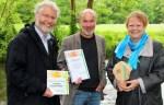 """Staatssekretärin Almut Kottwitz (rechts) zeichnete Karsten Borggräfe (Mitte) und Dr. Oskar Kölsch von der Aktion Fischotterschutz für das Projekt das """"Blaue Metropolnetz"""" aus."""