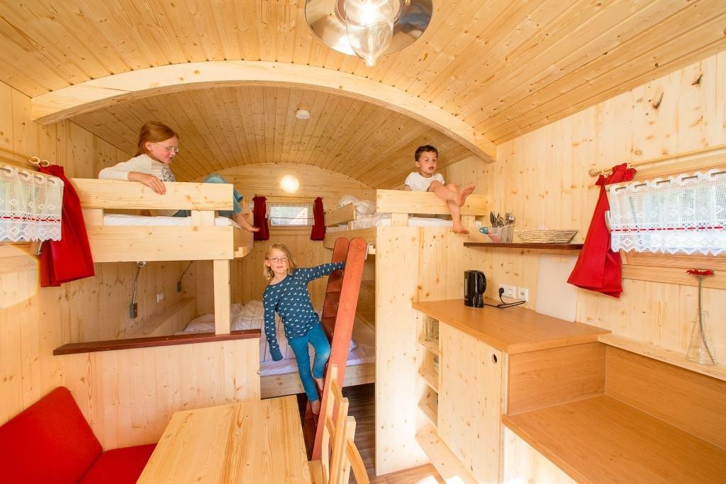 So gehen Ferien: Beim Wildpark-Camp im Schäferdorf übernachten die Teilnehmer in den gemütlichen Schäferwagen. Foto: Wildpark/Thomas Ix