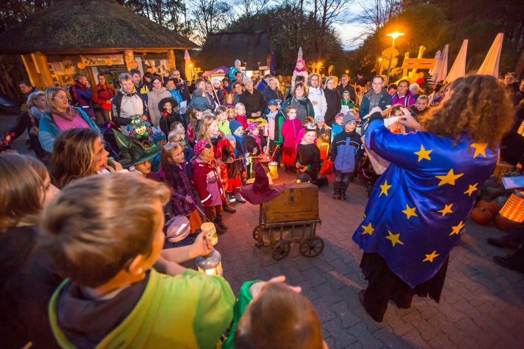 """Zauberhexe Finsel verbreitet beim """"Happy Halloween"""" im  Wildpark einen Hauch von Magie und stimmt die Kinder auf die Gruselwanderung durch den abendlichen Park ein. Foto: Wildpark/Thomas Ix"""