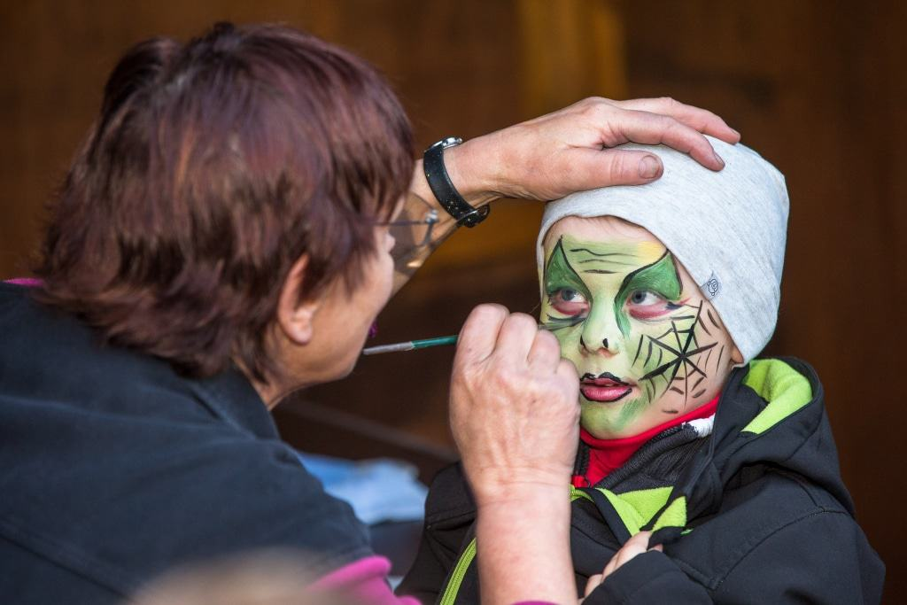 """Passend zum """"Happy Halloween"""" können Kinder sich schaurig schöne Kunstwerke ins Gesicht zaubern lassen. Foto: Wildpark/Thomas Ix"""