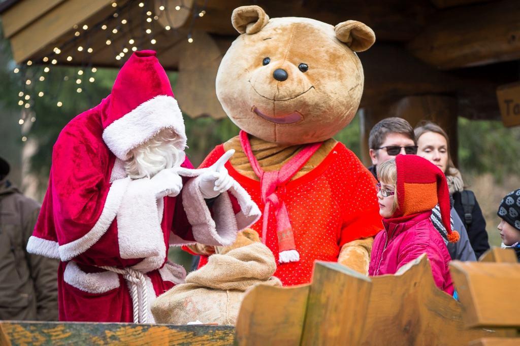 Der Weihnachtsmann und  Willi Wildpark machen an Heiligabend  gemeinsam Kinder glücklich. Foto: Wildpark/Thomas Ix