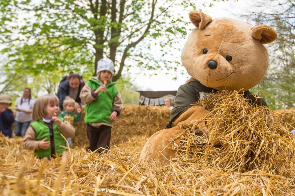 """""""Willi Wildpark"""" hat seine Winterruhe beendet und hilft bei der Eiersuche im Osternest. Foto: Wildpark/Thomas Ix"""