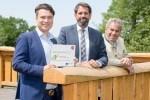 Niedersachsens Umweltminister OlafLies (Mitte) mit den geschäftsführenden Gesellschaftern der Weitblick-Tietz GmbH & Co. KG Alexander (links) und Norbert Tietz. Foto: Weitblick Projektrealisierung
