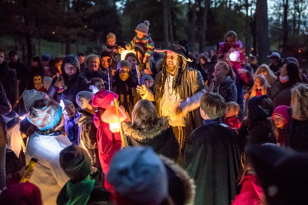 Kapitän Schwarzbart und seine Meute nehmen die Kinder im Wildpark mit auf eine spannende Halloween-Gruselwanderung. Foto: Wildpark/Thomas Ix