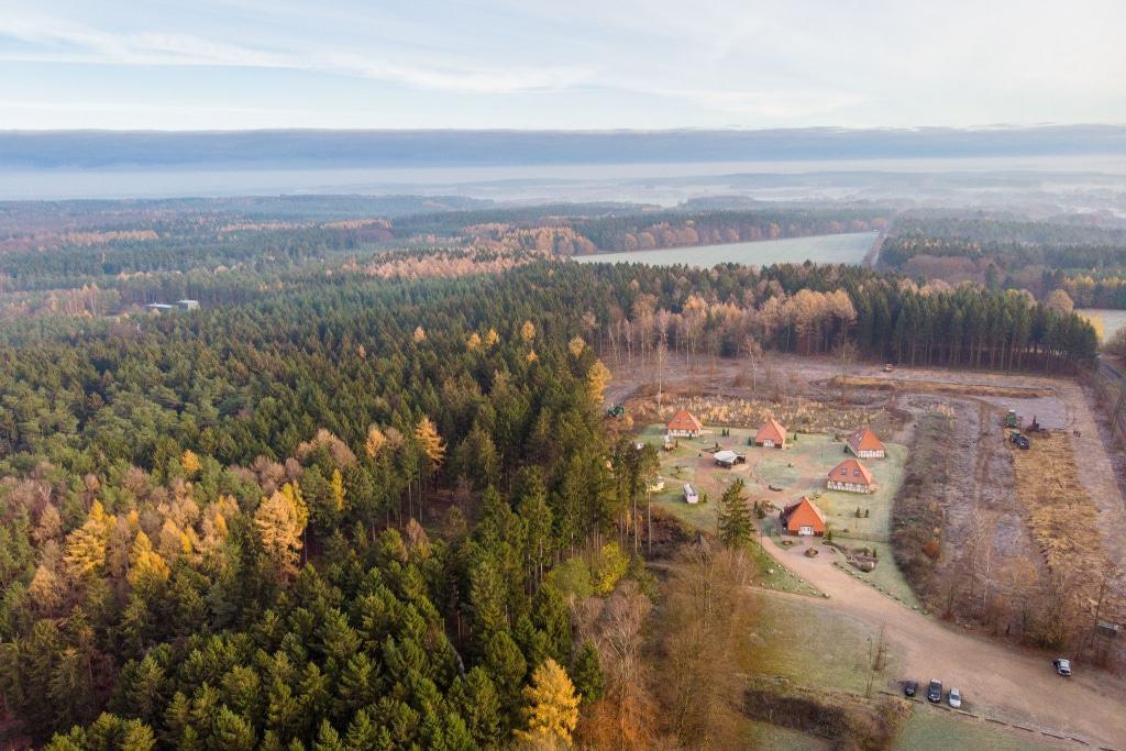 Inmitten dieses Bildes hinter dem Schäferdorf wird Ende des Jahres der 40 Meter hohe Aussichtsturm stehen - ein neues Wahrzeichen der Lüneburger Heide. Foto: Adrian Fohl