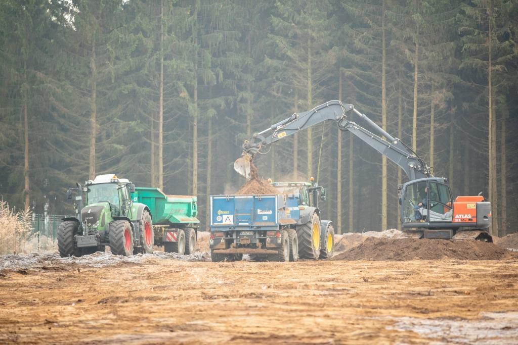 Die ersten vorbereitenden Arbeiten zum Bau des  Baumwipfelpfades am Wildpark haben begonnen. Hier wird die Zuwegung für die Baufahrzeuge präpariert. Foto: Adrian Fohl