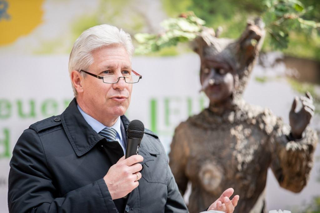 """Harburgs Landrat Rainer Rempe ist überzeugt davon, dass der Baumwipfelpfad """"Heide Himmel"""" ein großer Erfolg sein wird. Foto: Adrian Fohl"""