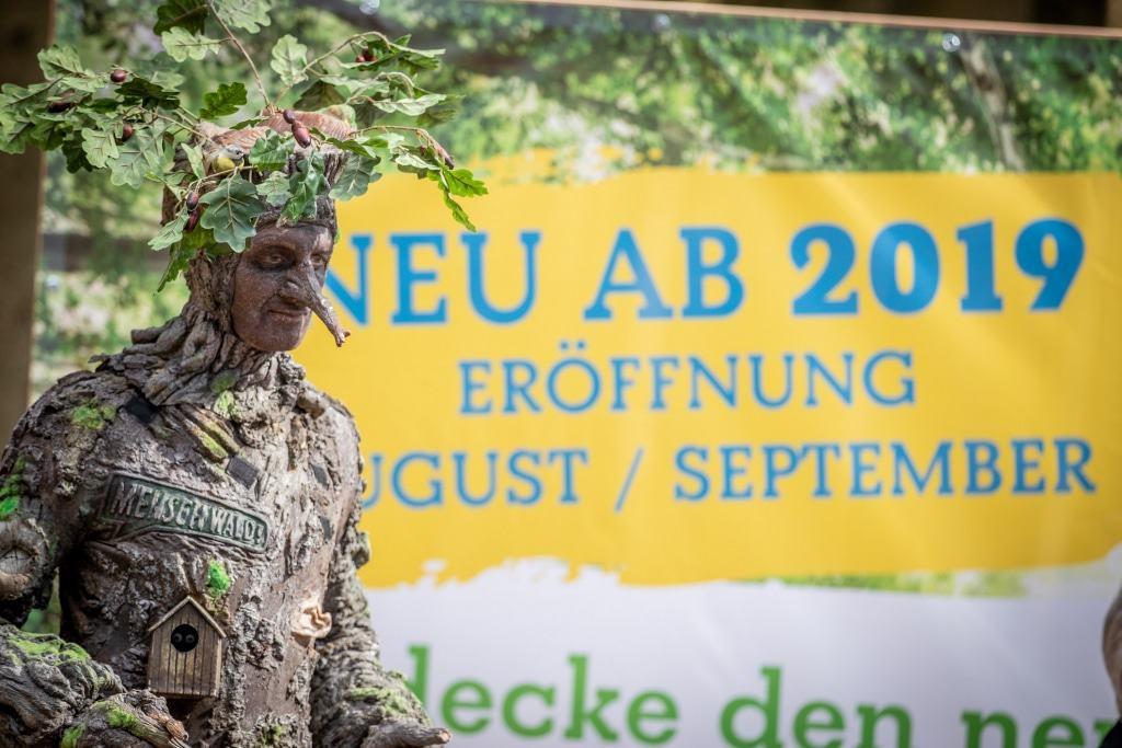 Walking Acts begleiteten die Grundsteinlegung für den Baumwipfelpfad, der Ende August / Anfang September eröffnet werden soll. Foto: Adrian Fohl