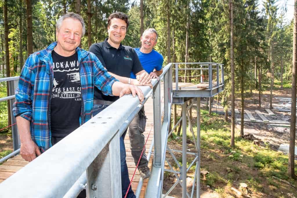Alexander Tietz (Mitte), Gesellschafter der Weitblick Tietz GmbH, die den Baumwipfelpfad realisiert wird, eingerahmt von den Allgäuer Brüdern Helmut (links) und Harry Mühlbauer, die mit der Bauleitung betraut sind. Foto: Thomas Ix