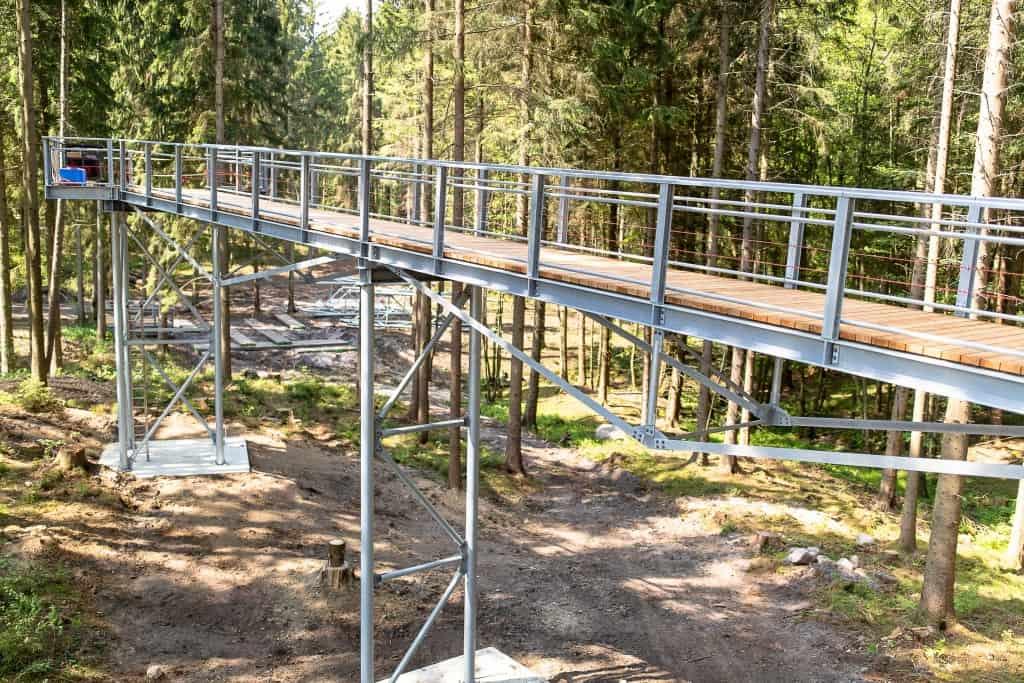 Der Einstieg in den Baumwipfelpfad mit der ersten Brücke steht bereits. Foto: Thomas Ix