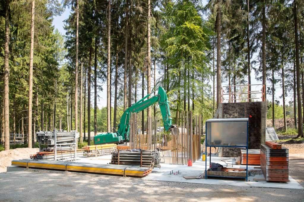 Das Fundament und der erste Bewehrungsstahl für den 40 Meter hohen Turm des Baumwipfelpfades stehen. Foto: Thomas Ix