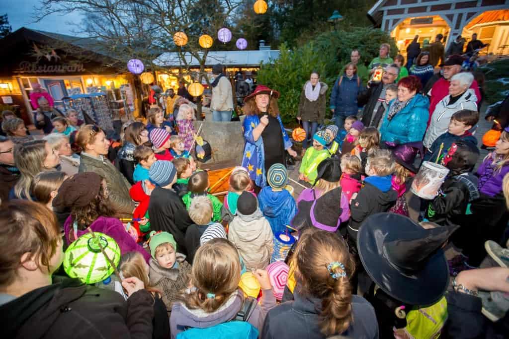 Zauberhexe Finsel zieht kleine und große Wildpark-Besucher mit Magie und Geschichten zu Halloween in ihren Bann. Foto: Wildpark/Thomas Ix