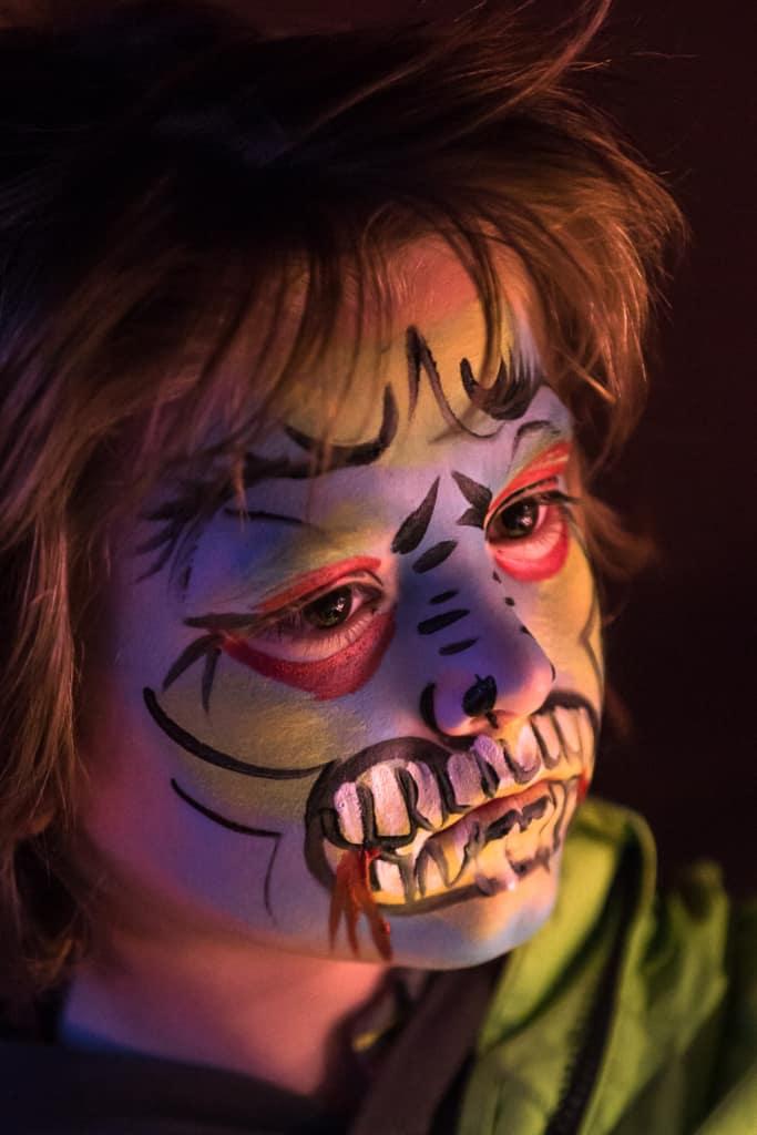 Wem noch der letzte Schliff zu seinem Halloween-Outfit fehlt, der kann sich von der Kinderschminkerin in ein schaurig-schönes Fabelwesen verwandeln lassen. Foto: Wildpark/Thomas Ix