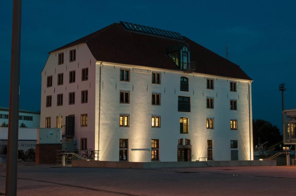 Das Vegesacker Geschichtenhaus ist ein  geschichtsträchtiges Gebäude: In der  ehemaligen Lange Werft wird Hafenge- schichte neu erzählt.   Copyright: Matthias Sabelhaus / Vegesacker Geschichtenhaus