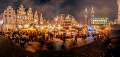 Festlich beleuchtet der Marktplatz mit Rathaus und Roland. Foto: Jonas Ginter / BTZ Bremer Touristik-Zentrale (UNESCO Welterbe) zum Bremer Weihnachtsmarkt.