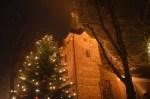 Festlich beleuchtete Dreikönigskirche Bad Bevensen zur Weihnachtszeit (c) BBM