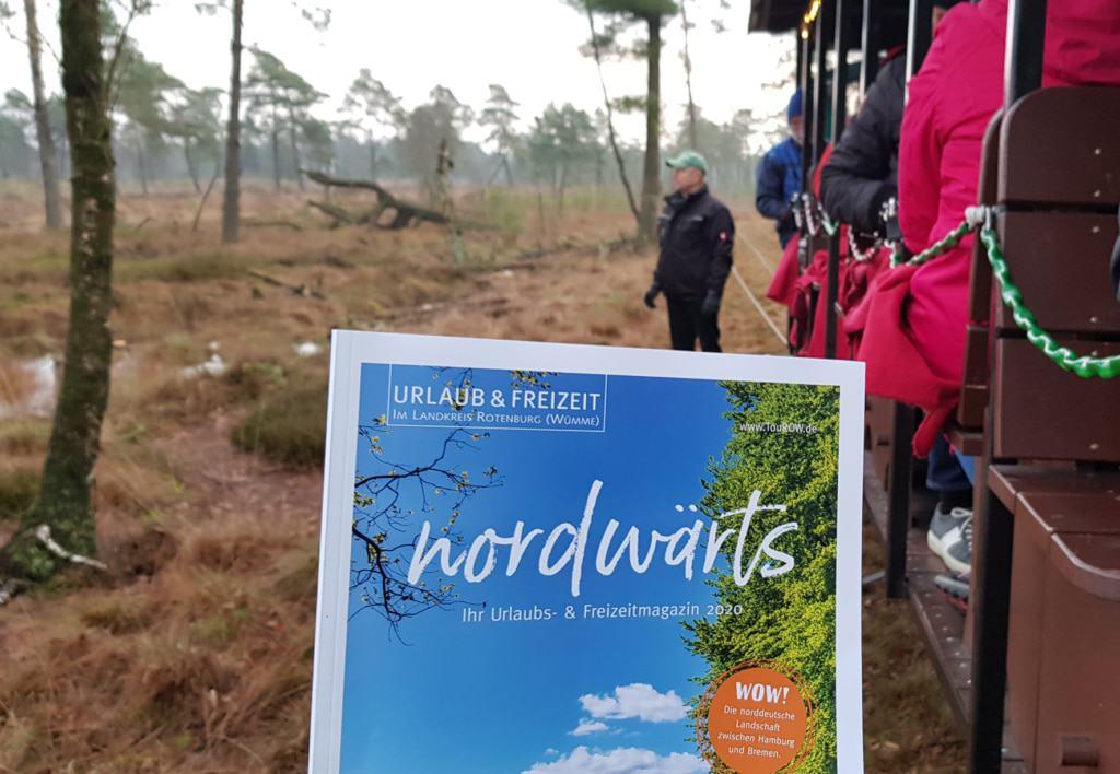 Touristiker aus dem Landkreis Rotenburg präsentieren im Tister Bauernmoor das nordwärts-Magazin © TouROW