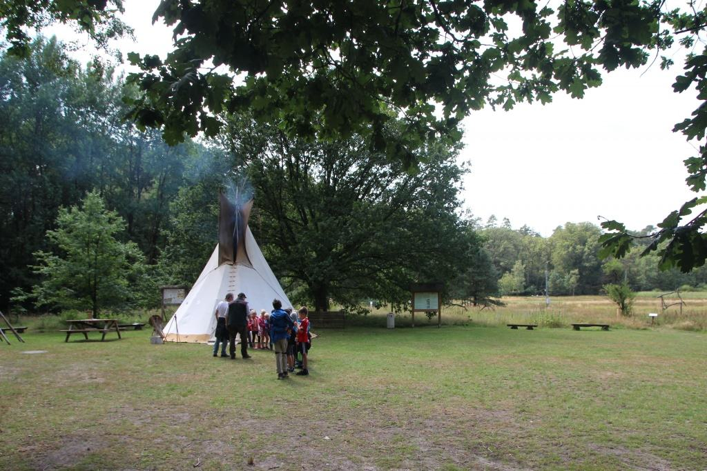 Die Indianer-Sippe beim Aufbruch zum Scouten vor dem Tipi. (Foto: Niedersächsische Landesforsten)