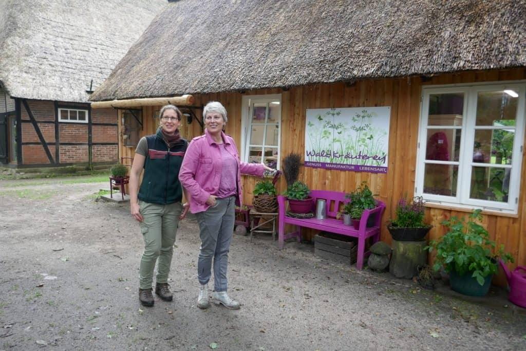 Annika Böhm (links) und Marion Putensen vor der WaldKräuterey Foto: Landesforsten