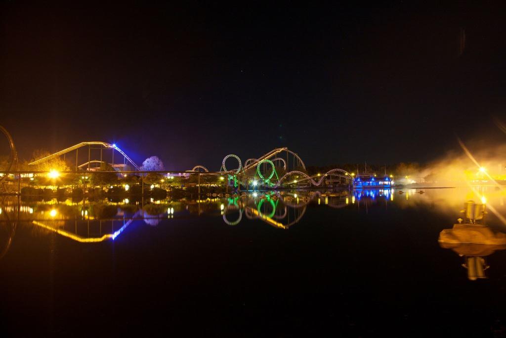 Seeblick auf den beleuchteten Park. Foto: Heide Park Resort, 2019