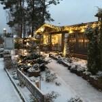 Weihnachtlich geschmückt und hell erleuchtet: Der Adendorfer Waschzuber