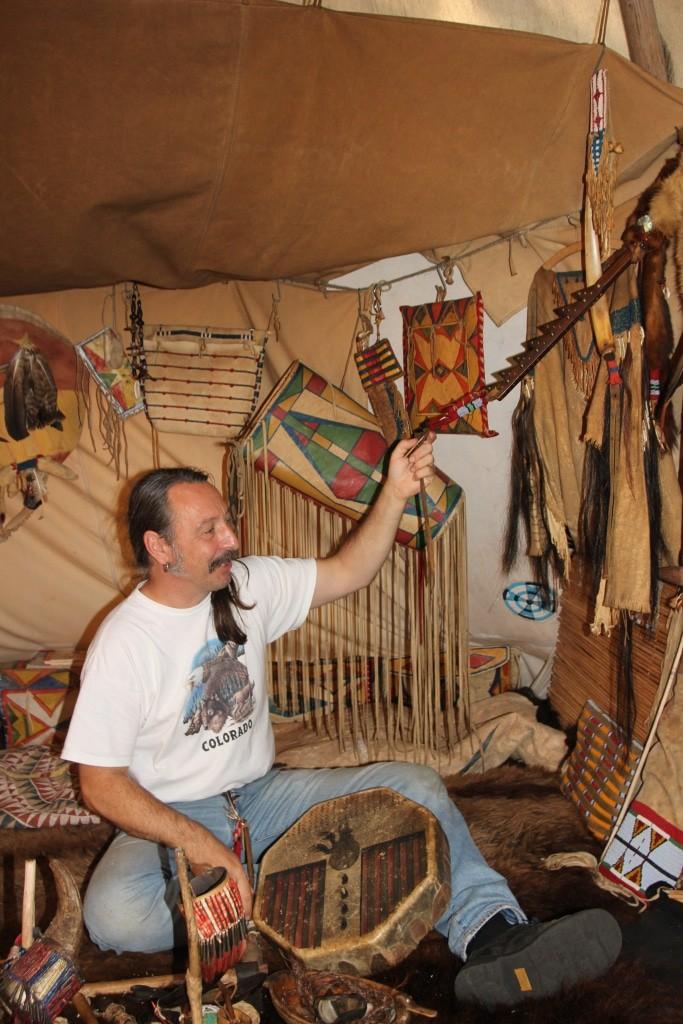 Jens Kalle im Tipi, er erklärt die indianischen Artefakte. (Foto: Niedersächsische Landesforsten)