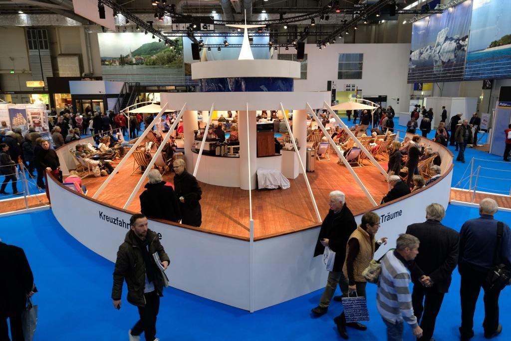 Für einmaliges Flair sorgt auf der KREUZFAHRTWELT HAMBURG das maritim gestaltete Schiffsdeck.  Foto: Hamburg Messe/ Stephan Wallocha