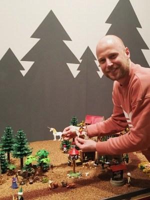PLAYMOBIL-Sammler Oliver Schaffer baut eine märchenhafte PLAYMOBIL-Vitrine für die neue Ausstellung im Deutschen Pferdemuseum. Foto: Deutsches Pferdemuseum