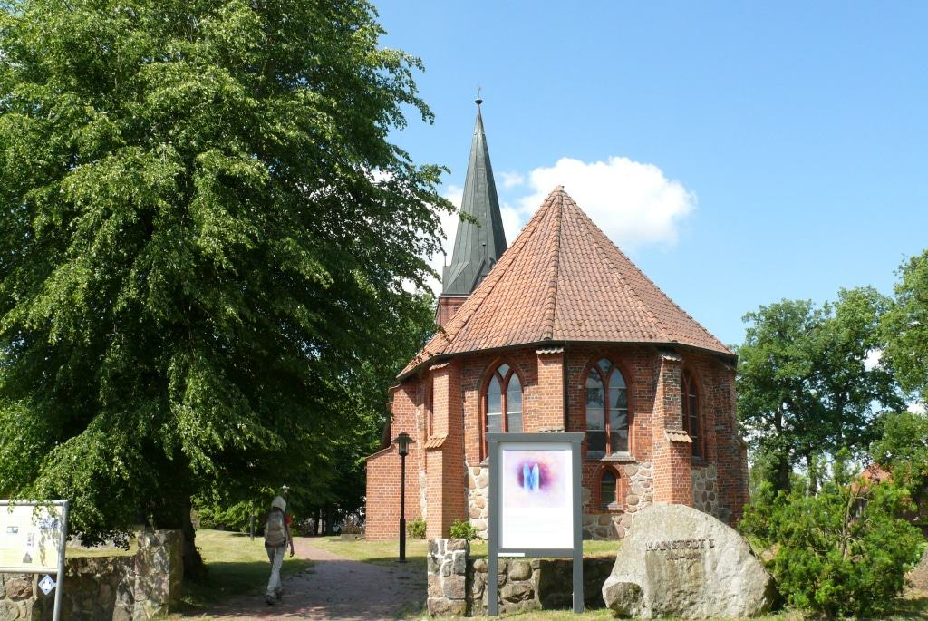 Startpunkt für den Auferstehungsweg ist die mehr als 1000 Jahre alte Kirche in Hanstedt I. Foto: Petra Reinken/Wortwolf