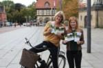 Andrea Lyß und Friederike Siemering von der Koordinierungsstelle des Aller-Radwegs in Celle präsentieren das neue Handbuch Aller-Radweg (Copyright: Celle Tourismus und Marketing GmbH).