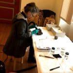 Die Diplom Restauratorin Claudia Bullack bei ihrer Arbeit an den moorarchäologischen Funden im Bachmann-Museum Bremervörde. © Bachmann-Museum Bremervörde