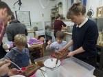 Teilnehmer der Werkstatt für Groß und Klein im Bomann-Museum schöpfen Papier. Foto: Dr. Petra Kloß