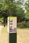 Vier Stelen mit sechs Text-Bild-Tafeln informieren im Wandrahm-Park über die Lüneburge Stadtgeschichte.