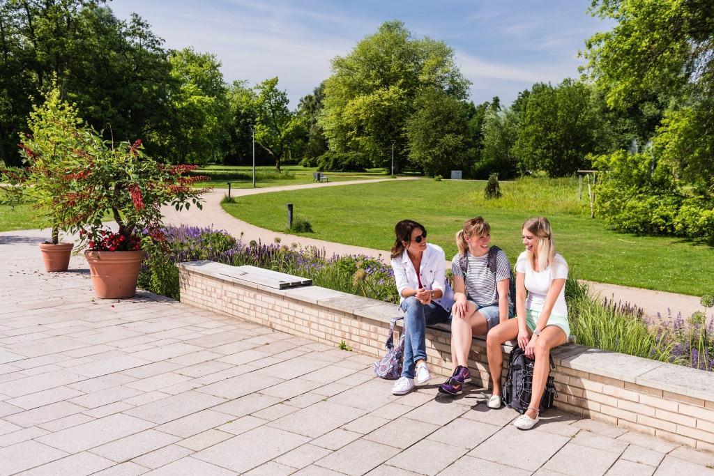 Ob ein Picknick, Wassertreten in der Ilmenau oder einfach nur entspannen - Der weitläufige Kurpark von Bad Bevensen ist zu jeder Jahreszeit ein lohnenswertes Ausflugsziel. © BBM Markus Tiemann