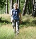 Lange, helle Hosen eignen sich derzeit bei hochgewachsenem Gras zum NORDPFADE-Wandern © TouROW