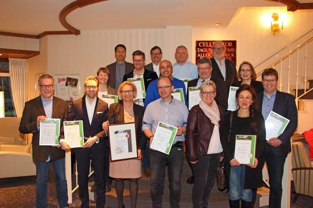 Alle 13 CEN Partner erhielten am 7. Februar Ihre Urkunden als nachhaltig zertifizierter Partnerbetrieb von Marianne Krohn (Geschäftsführerin der Celle Tourismus GmbH) und Khai-Nhon Behre (Nachhaltigkeitsbeauftragter der CTM GmbH) Foto: CTM GmbH